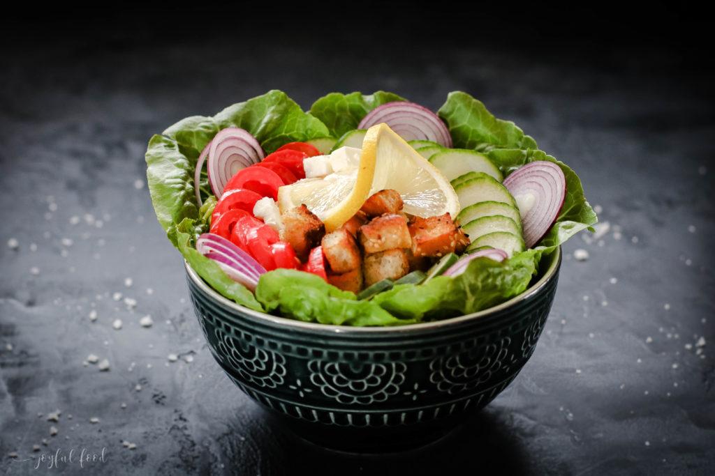 Griechische Salat Bowl mit knusprigen Pita Bites
